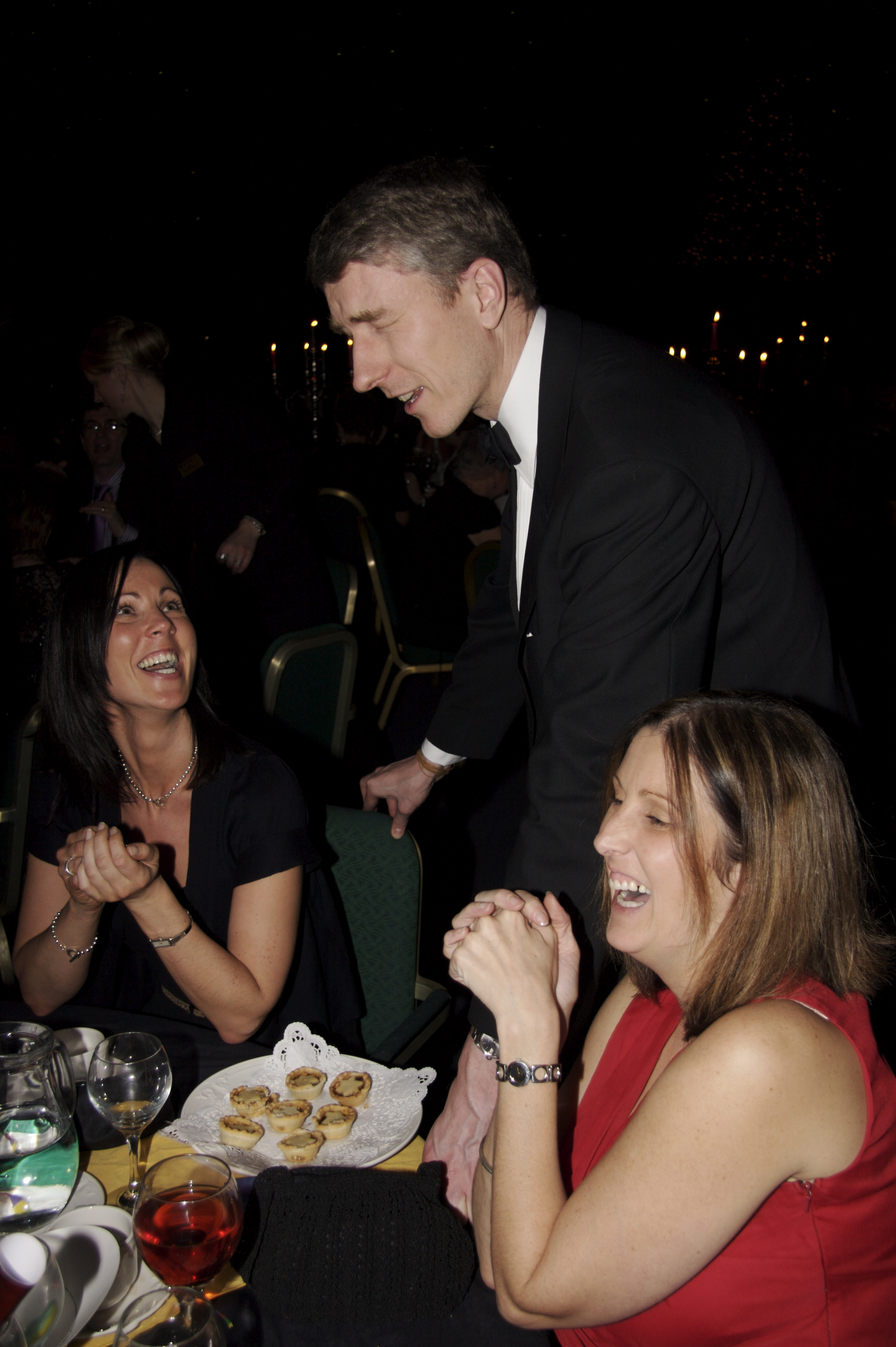 Scotland magician Ian Kendall astonishing guests at a dinner